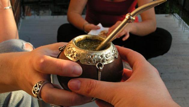 Чай матэ пьют из